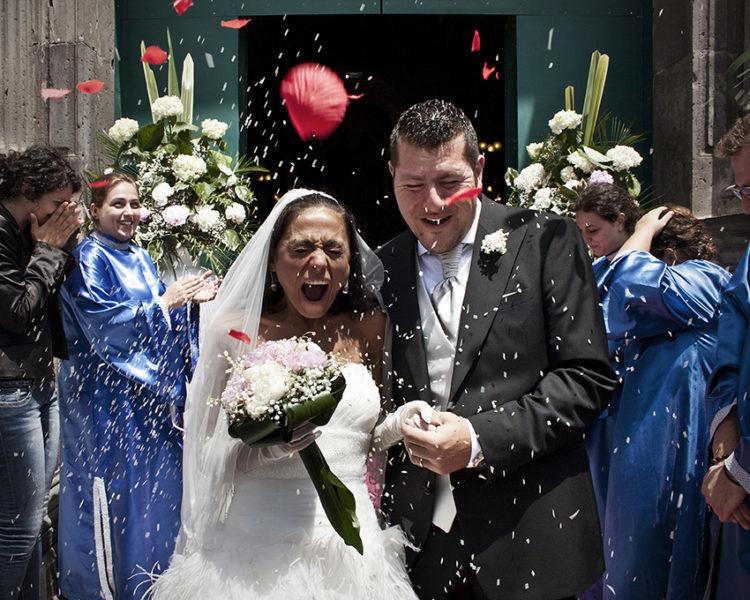Matrimonio-lancio-riso-con-petali-colorati