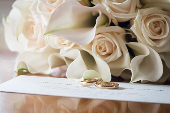 Fotografia-di-matrimonio-a-Napoli-bouquet-sposa-rosa-cipria-e-fedi