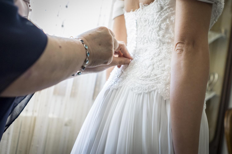 13-chiusura-dell-abito-da-sposa-fotografo-matrimonio-napoli