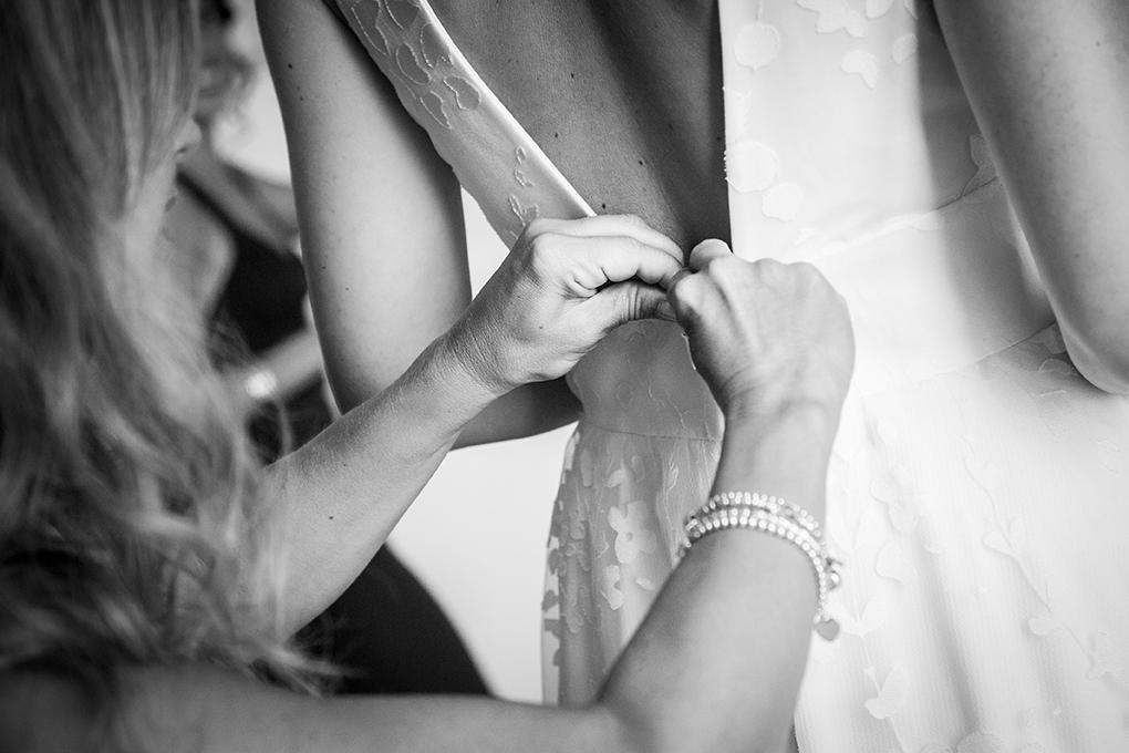 chiusura-vestito-sposa-fotografia-matrimonio-napoli