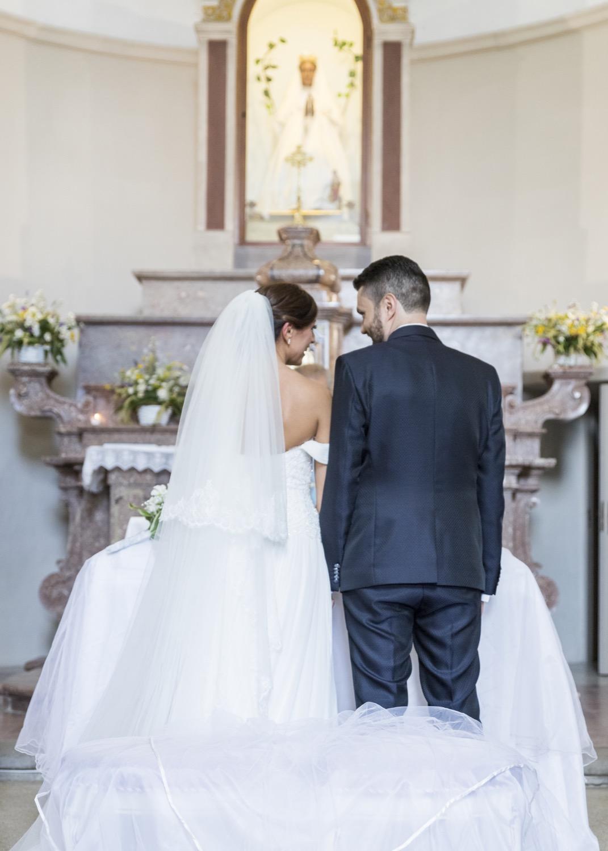 132-sposi-di-spalle-in-chiesa-fotografia-matrimonio-napoli