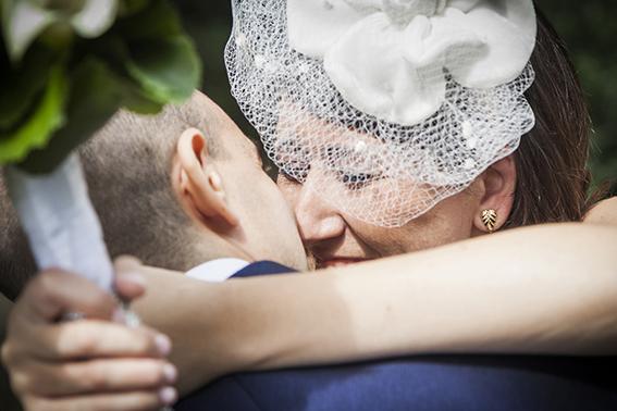 primo-sguardo-bacio-sposi-fotografia-matrimonio-napoli