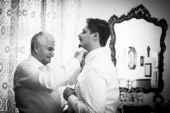 15-padre-dello-sposo-auta-con-la-cravatta-fotografia-matrimonio-napoli