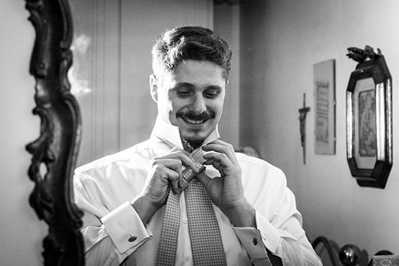 16-preparazione-dello-sposo-annoda-la-cravatta-fotografia-matrimonio-napoli