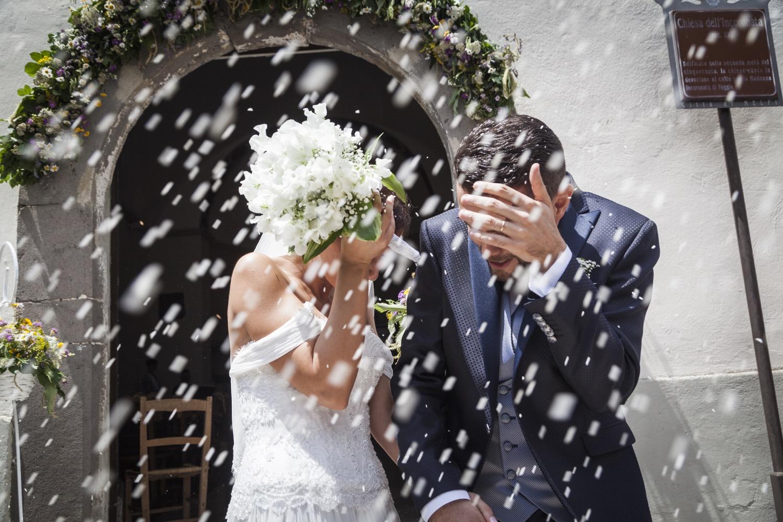 202-lancio-del-riso-fuori-la-chiesa-fotografia-matrimonio-napoli