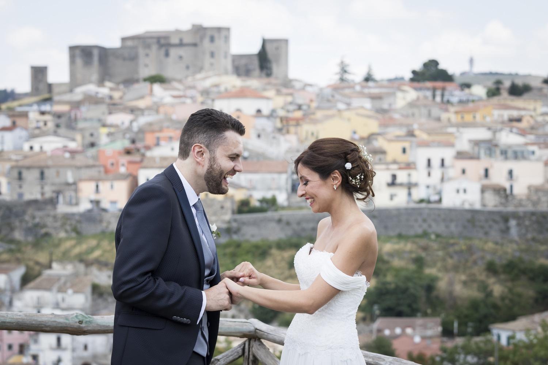 219-sposi-davanti-castello-di-melfi-fotografo-matrimonio-napoli
