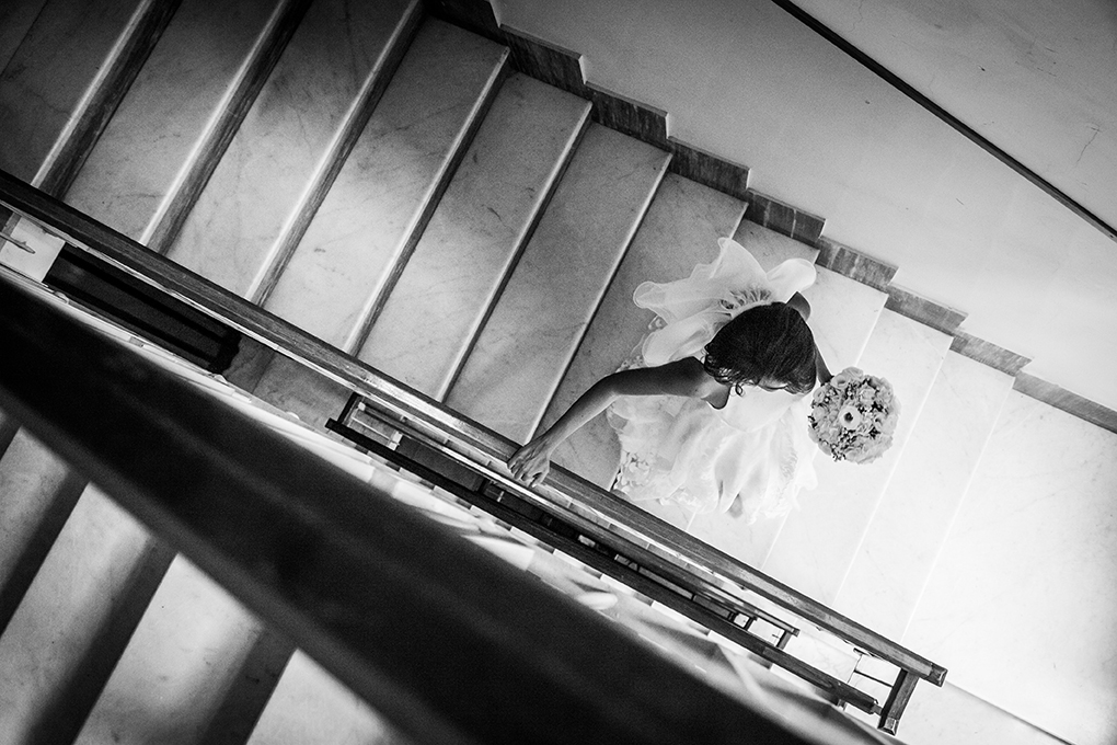 sposa-scende-le-scale-fotoreportage-matrimonio-napoli
