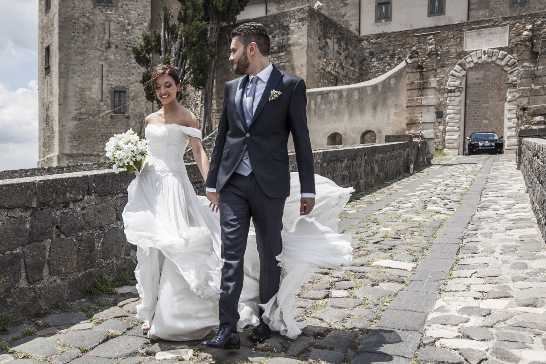 245-sposi-e-vento-al-castello-di-melfii-fotografia-matrimonio-napoli