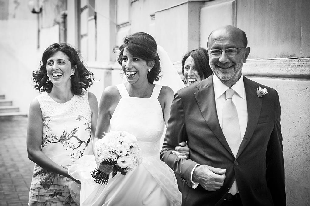 sposa-esce-di-casa-fotografia-matrimonio-napoli