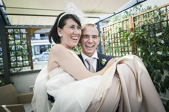 sposo-prende-in-braccio-la-sposa-fotografia-matrimonio-napoli