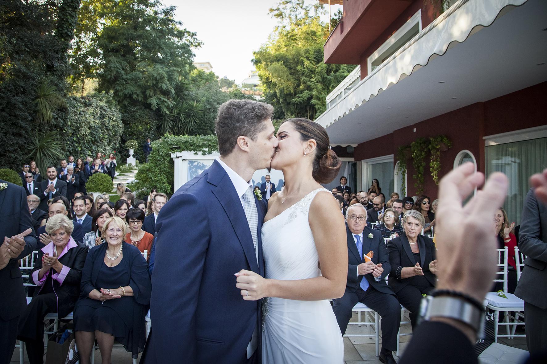 29-fotografia-matrimonio-napoli-cerimonia-bacio-degli-sposi