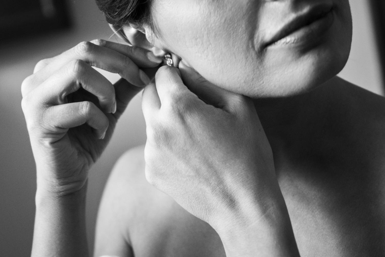 29-sposa-mette-l'orecchino-fotografo-matrimonio-napoli