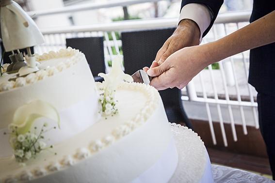 Fotografia-di-matrimonio-Napoli-taglio-torta-nuziale