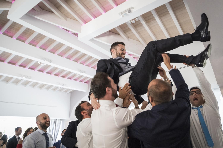 festa-di-matrimonio-lo-sposo-lanciato-in-aria