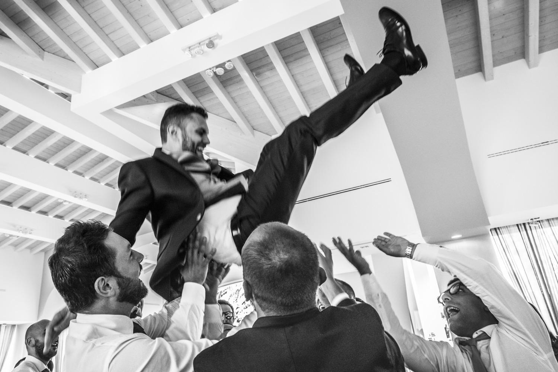 339-festa-matrimonio-sposo-lanciato-in-aria-fotografia-matrimonio-napoli