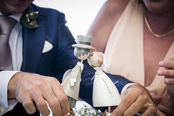 Fotografia-di-matrimonio-Napoli-sposini-sulla-torta-nuziale