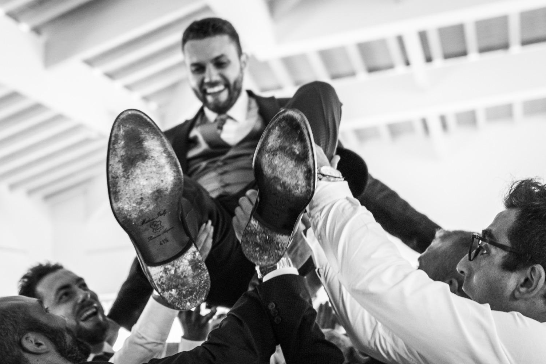 festa-di-matrimonio-sposo-lanciato-in-aria-fotografia-matrimonio-napoli