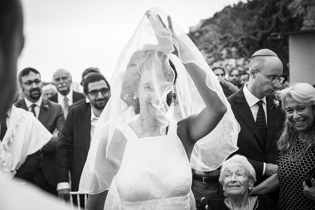 sposa-solleva-velo-fotografia-matrimonio-ebraico-napoli