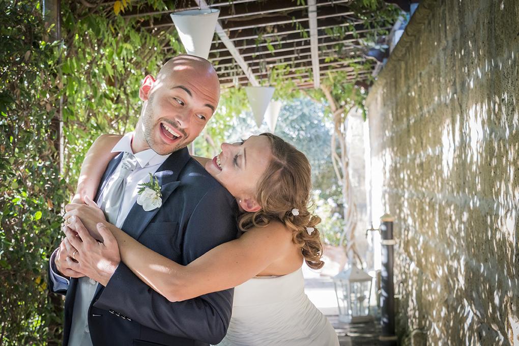 sposa-guarda-vestito-fotografia-matrimonio-napoli