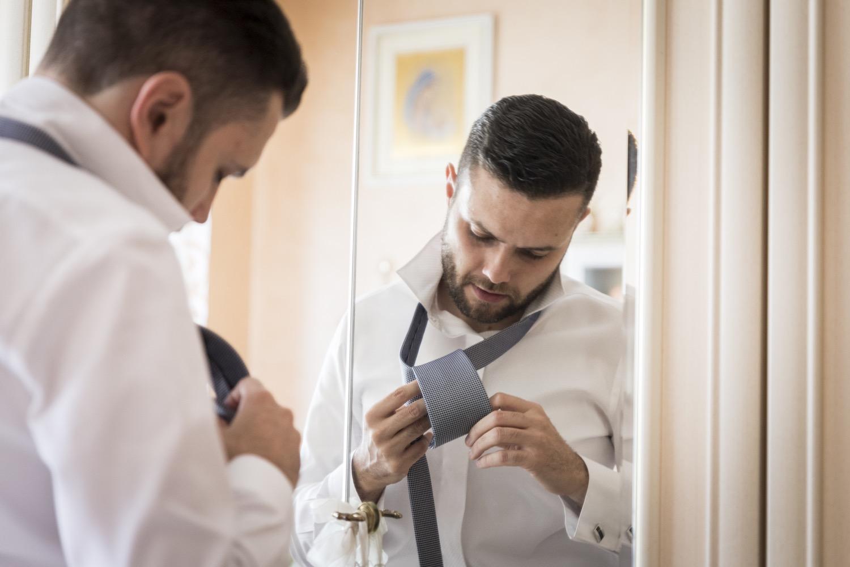 43-lo-sposo-mette-la-cravatta-fotografo-matrimonio-napoli