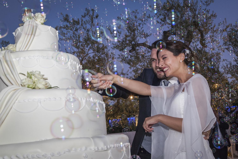 432-taglio-della-torta-e-bolle-di-sapone-fotografia-matrimonio-napoli