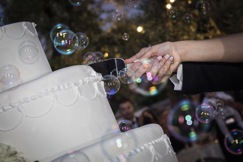 434-taglio-della-torta-e-bolle-di-sapone-fotografia-matrimonio-napoli