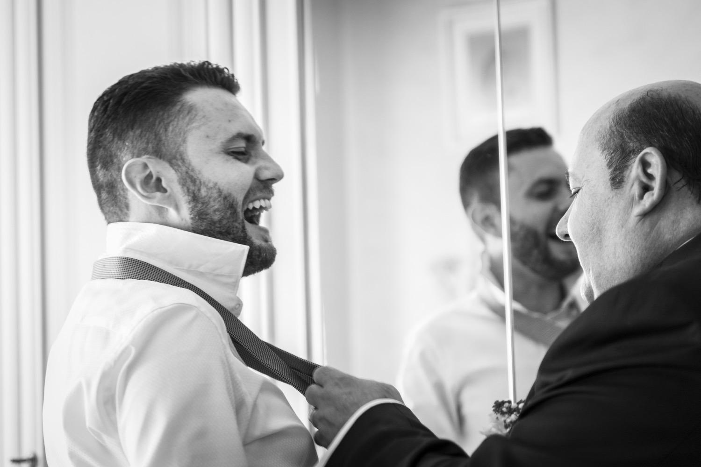 44-fotografo-matrimonio-napoli-sposo-mette-la-cravatta-con-padre