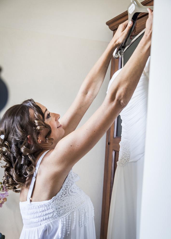 sposa-prende-abito-fotografia-matrimonio-napoli
