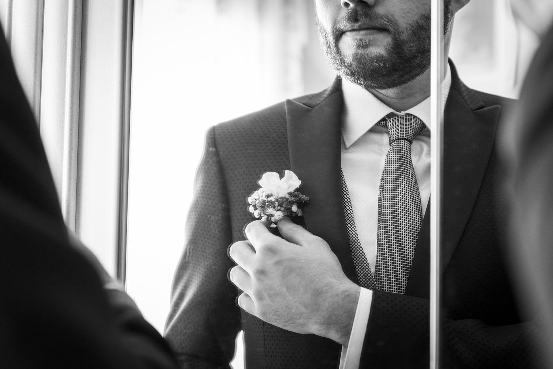 54-sposo-sistema-boutonniere-fotografia-matrimonio-napoli