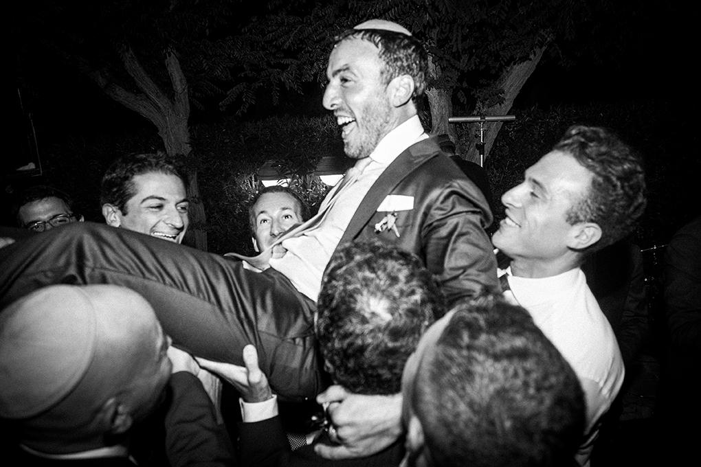 ballo-sposo-sollevato-da-amici-fotografia-matrimonio-napoli