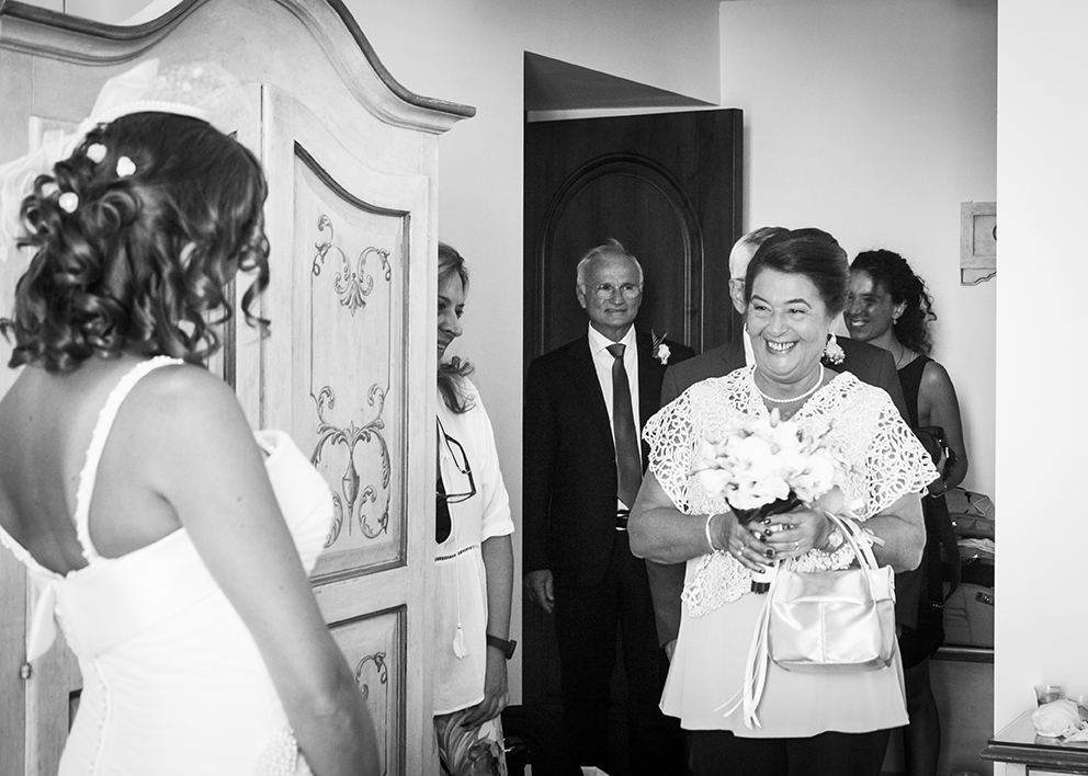 sposa-arrivo-parenti-fotografia-matrimonio-napoli