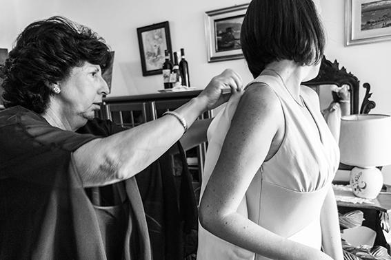 preparazione-della-sposa-mamma-aiuta-la-figlia-fotoreportage-matrimonio-napoli