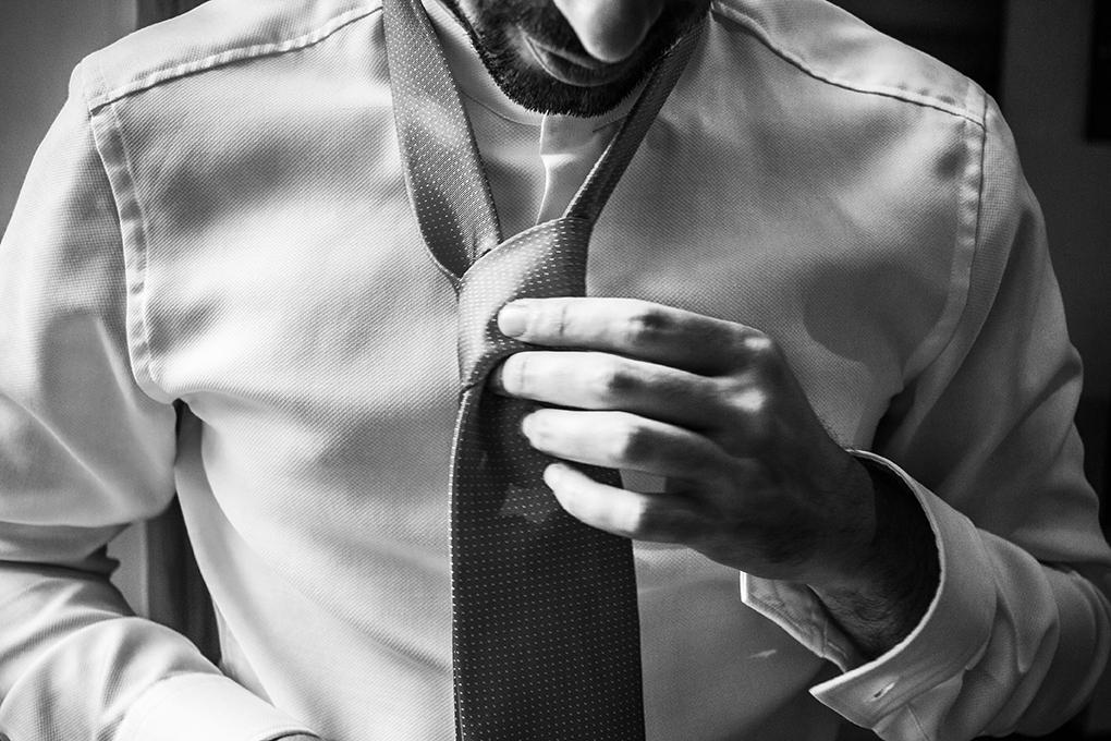 preparazione-sposo-cravatta-fotografia-matrimonio-napoli-bianc
