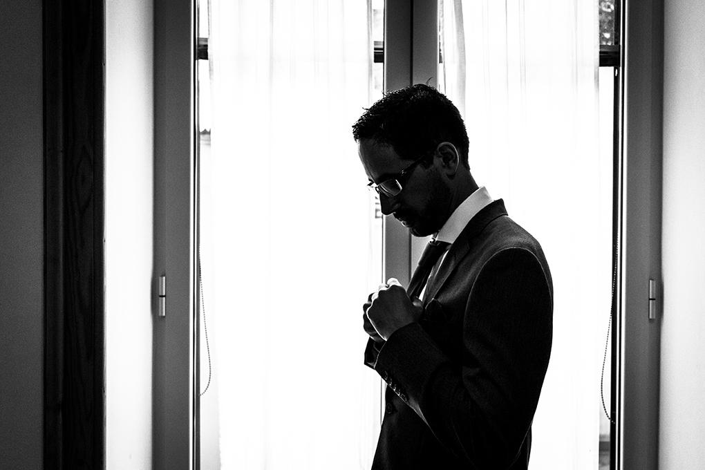 preparazione-Sposo-controluce-abito-fotografia-matrimonio-napoli