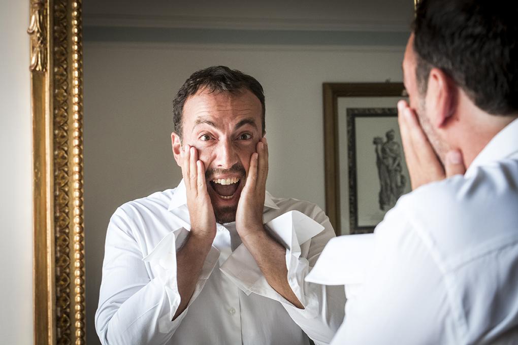 sposo-allo-specchio-scherza-prima-del-matrimonio-fotografia-napoli