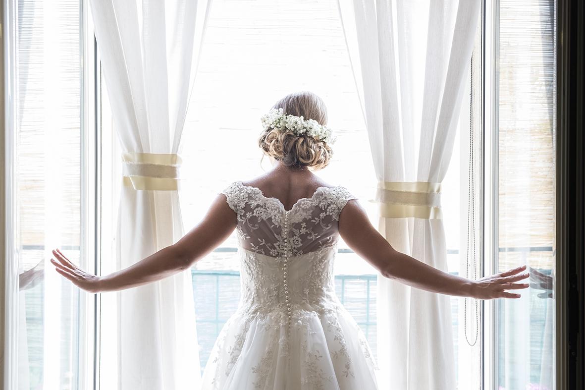 il vestito da sposa bianco con pizzo fotografia di matrimonio napoli