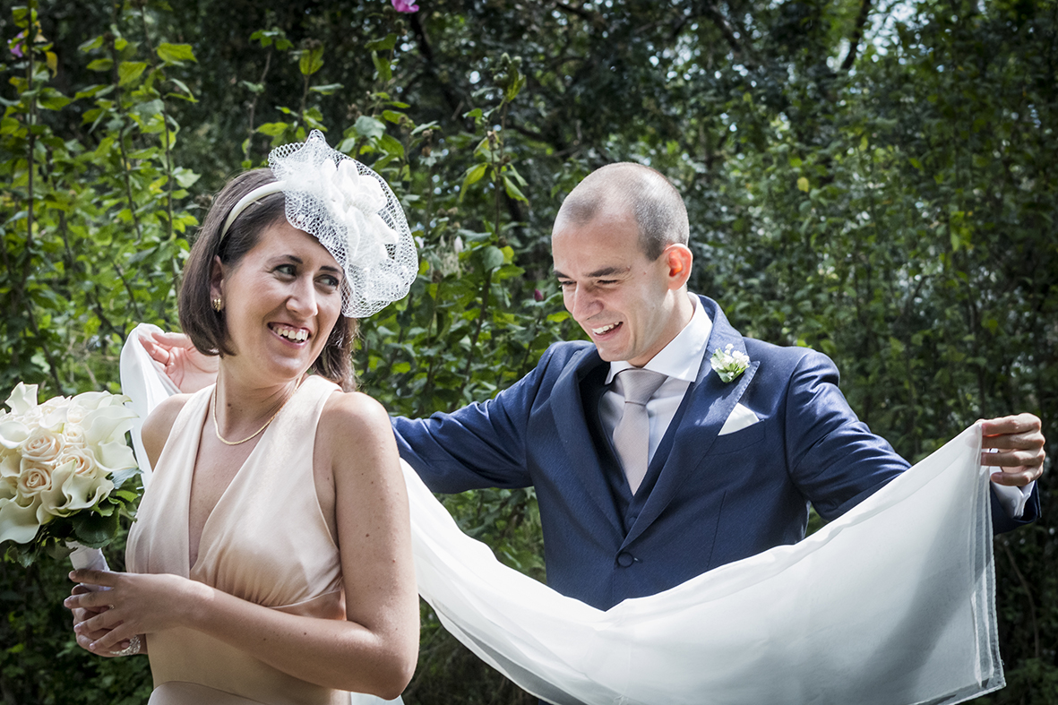 vestito-da-sposa-colorato-rosa-cipria-con-dettagli-bianchi-fotografia-matrimonio-napoli