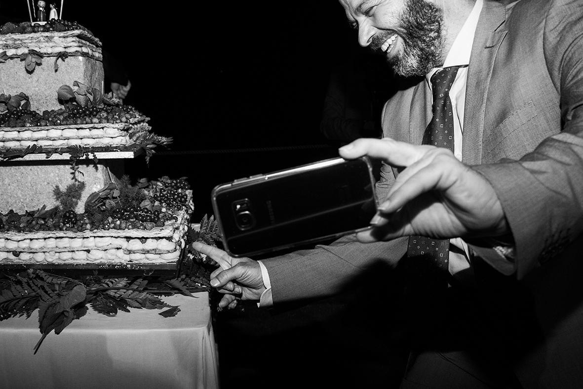reportage-di-matrimonio-napoli-il-dito-nella-torta