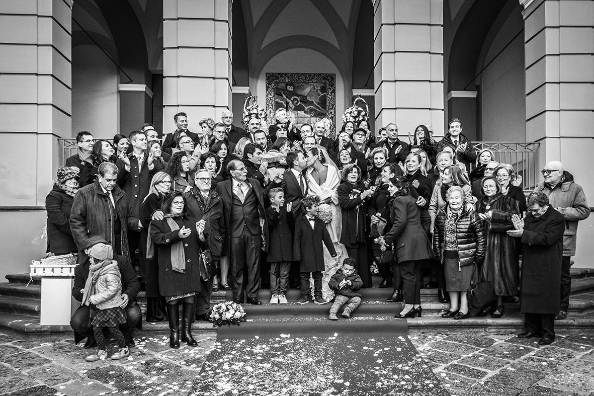 fotogafie-di-gruppo-con-invitati-al-matrimonio-fuori-a-chiesa