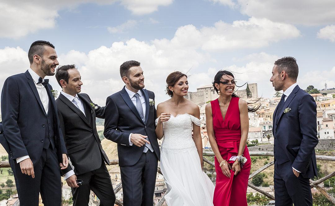 fotografie-di-gruppo-al-matrimonio-con-il-vento