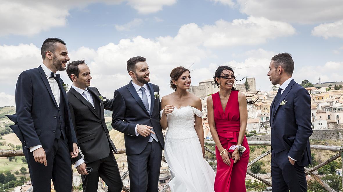 Fotografie di gruppo al matrimonio durante un reportage.
