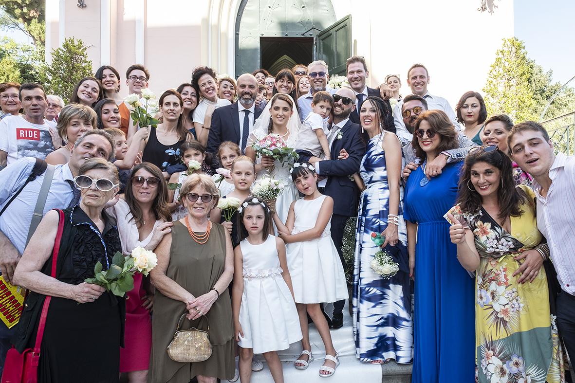 reportage-di-matrimonio-foto-di-gruppo-fuori-la-chiesa