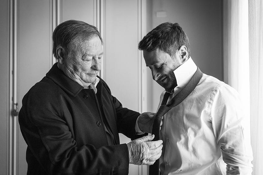49-lo-sposo-mette-cravatta-con-madrefotografo-matrimonio-napoli