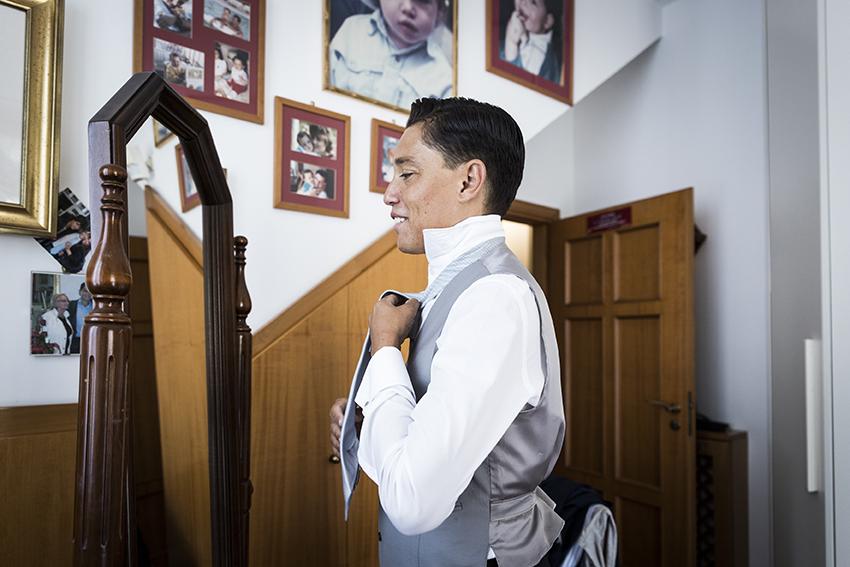 sposo-fa-il-nodo-alla-cravatta-matrimonio-napoli