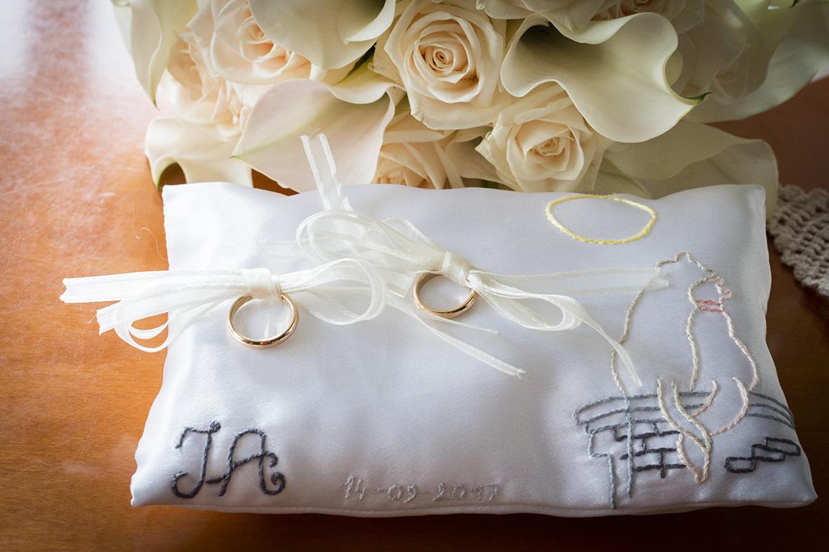 cuscino-portafedi-raso-e-fiori-di-lavanda-fotografia-matrimonio