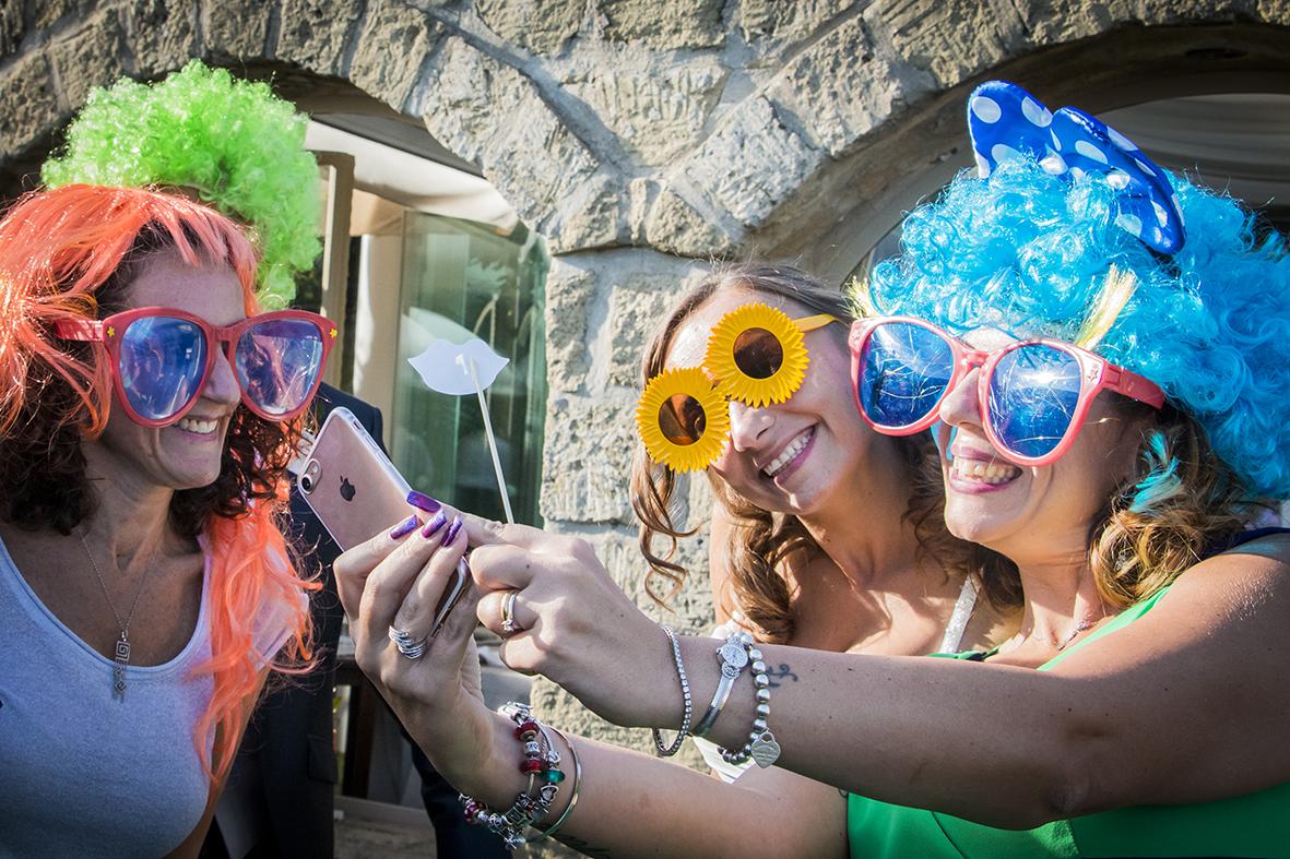 selfie-al-photobooth-occhiali-parrucche