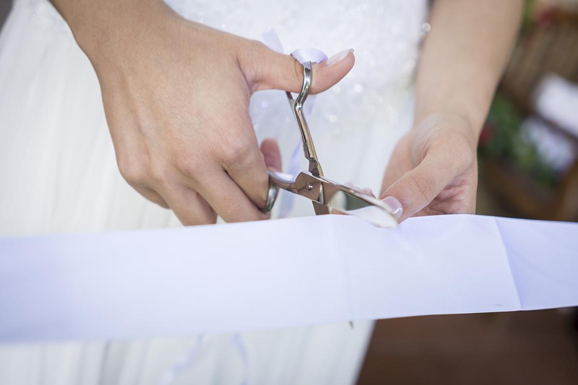 taglio-del-nastro-dopo-la-cerimonia-in-chiesa