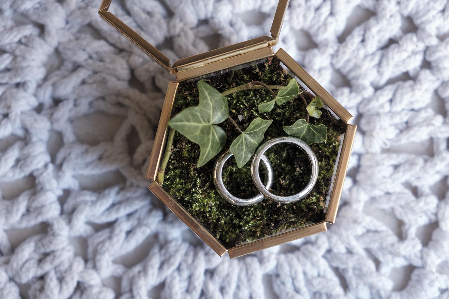 matrimonio tema verde la scatola porta fedi vetro e elementi vegetali