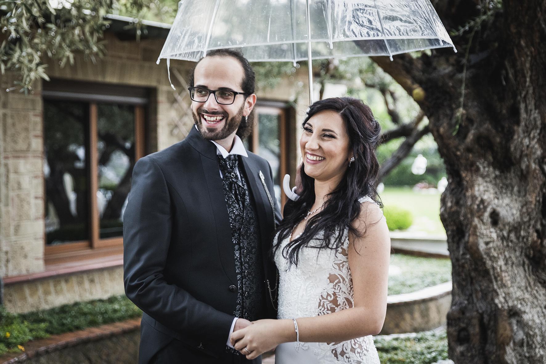 matrimonio con la pioggia foto con l ombrello