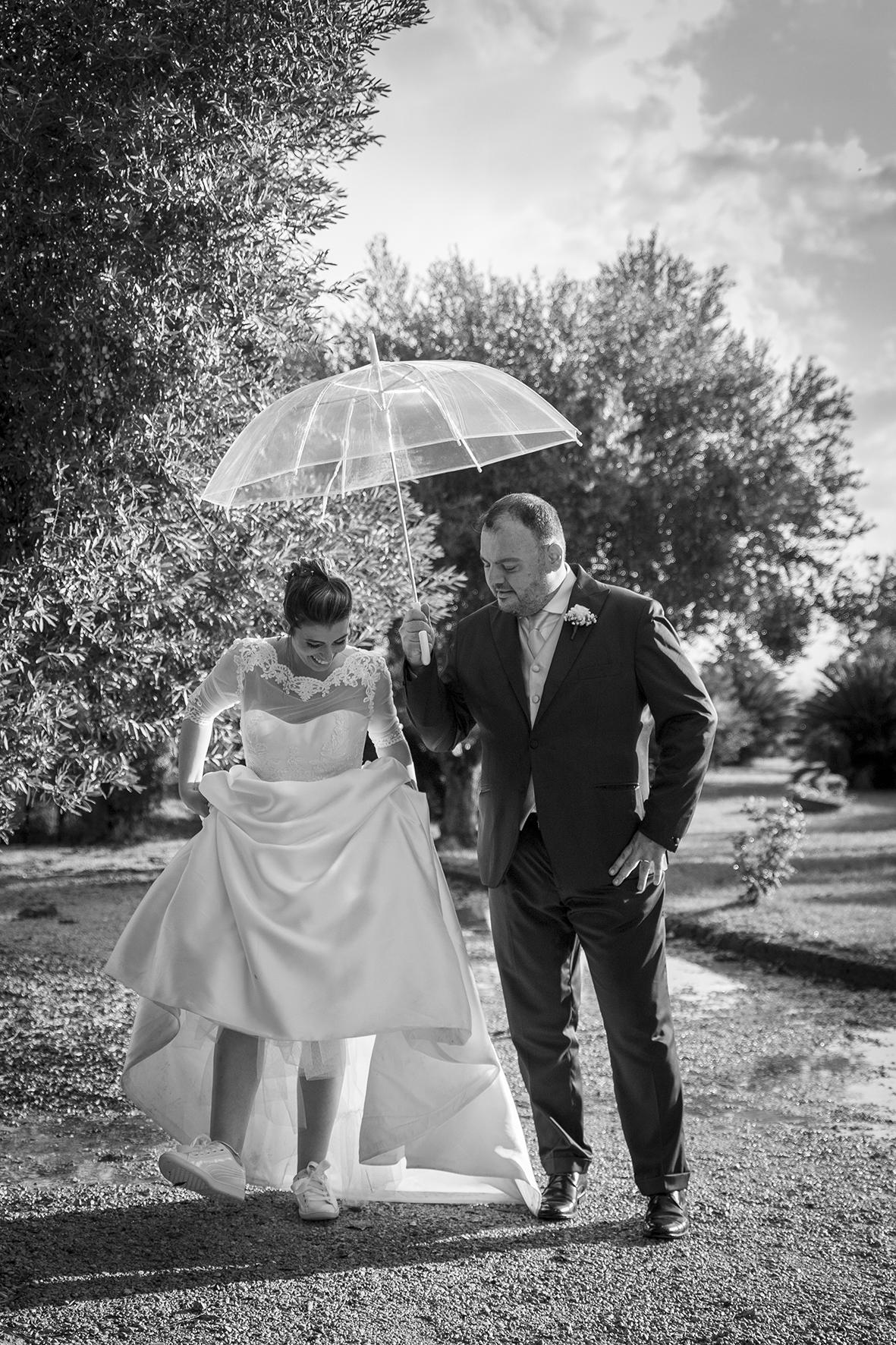 matrimonio sotto la pioggia sposi con ombrello